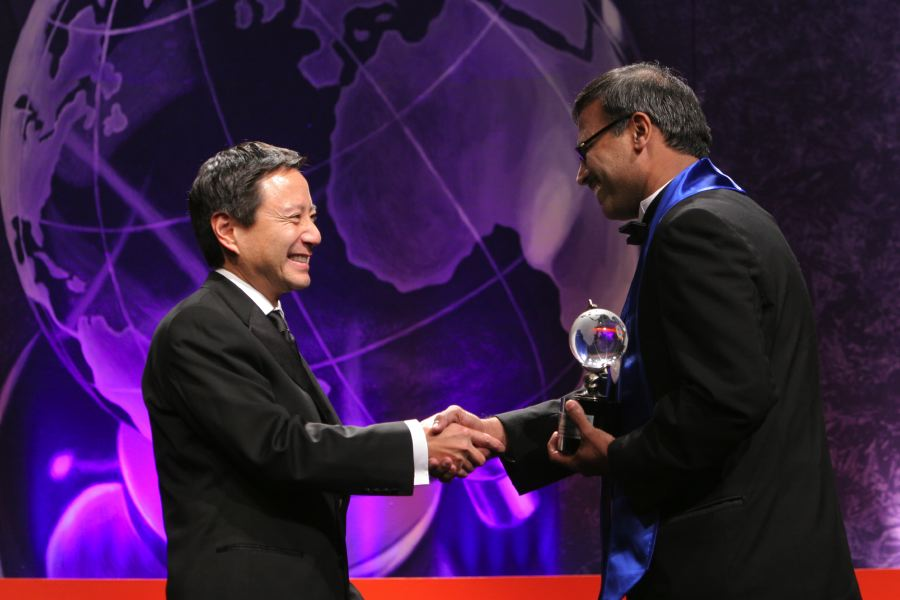Mr. Saeed Awan (Late) receiving the Tech Award from Mr. Gordon Yamate Vice President of Knight Ridder Inc.